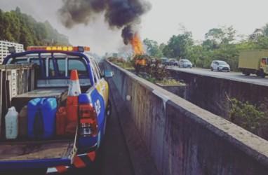 Ada Truk Boks Terbakar, Tol Sentul Arah Jakarta Tersendat