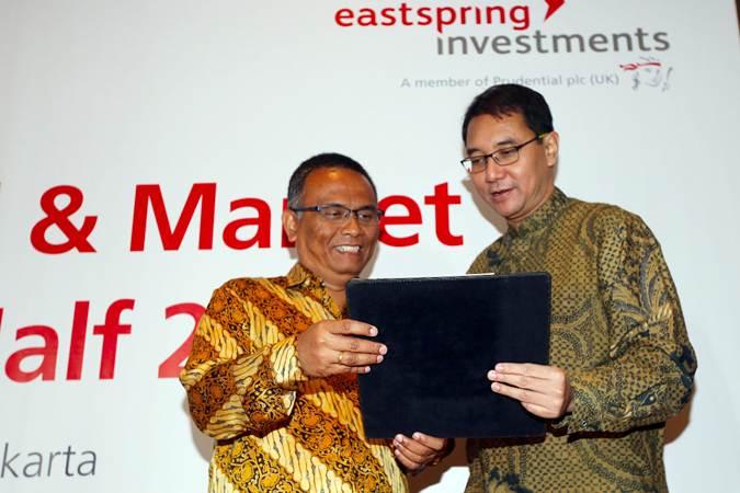 Chief Investment Officer Eastspring Investments Indonesia Ari Pitojo (kiri) berbincang dengan Chief of Product Development & Head of Sharia Unit Rian Wisnu Murti, usai halalbihalal, di Jakarta, Rabu (26/6/2019). - Bisnis/Abdullah Azzam