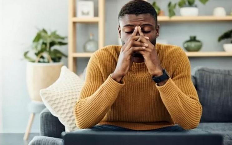Ilustrasi pria yang stres usai melakukan pekerjaan kantor di rumah. - Antara