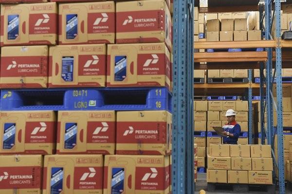 Petugas mendata produk yang tersedia dalam gudang di Pabrik Pertamina Lubricants, Gresik, Jawa Timur, Selasa (18/4). - Antara/Zabur Karuru