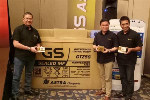 Direktur PT Astra Otoparts Tbk. Yusak Kristian (kedua kanan) memperkenalkan aki GS Gold yang dilengkapi barcode. - ANTARA FOTO