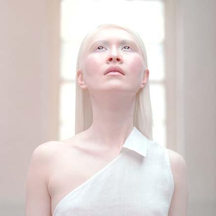 Albino terjadi karena perubahan gen. - albinism.ohchr.org