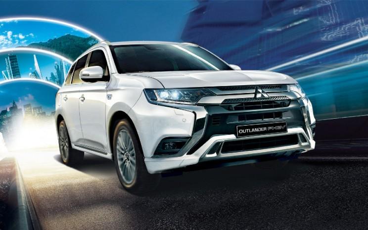 Mitsubishi Outlander PHEV. Sejak debutnya sebagai SUV hybrid plug-in pertama di dunia pada 2013, Outlander PHEV telah memperluas kehadirannya ke lebih dari 60 negara, dengan total volume penjualan mencapai lebih dari 260.000 unit pada Agustus 2020.  - MMC