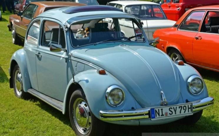 VW Beetle pertama kali dikembangkan oleh Ferdinand Porsche dengan dukungan Adolf Hitler.  - Volkswagen
