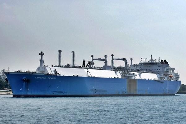 Kapal kargo Liquefied Natural Gas (LNG) atau gas alam cair kelima bersandar di Terminal Penerimaan, Hub, dan Regasifikasi LNG Arun, Lhokseumawe, Aceh Utara, Kamis (25/6). - Antara/M Agung Rajasa