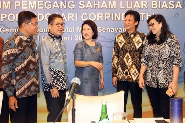 Presdir PT Nippon Indosari Corpindo Tbk Wendy Yap (tengah) berbincang dengan Direktur Indrayana (dari kiri), dan Presiden Komisaris Benny Setiawan Santoso, disaksikan Komisaris Jaka Prasetya, dan Direktur Arlina Sofia, selepas RUPSLB,  di Jakarta, Rabu (17/1). - JIBI/Endang Muchtar