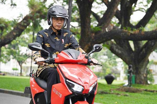 Presiden Joko Widodo menjajal sepeda motor listrik buatan dalam negeri Gesits di halaman tengah Istana Kepresidenan, Jakarta, Rabu (7/11/2018).  - ANTARA