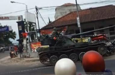 Tank Baja Tabrak Gerobak dan 4 Sepeda Motor di Bandung Barat