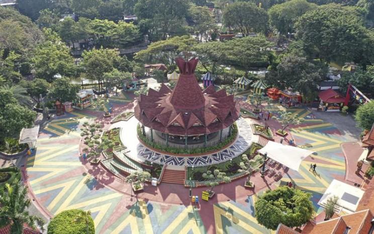 Foto udara wahana permainan di Dufan, Ancol, Jakarta, Sabtu (20/6/2020). Setelah ditutup selama dua bulan akibat pandemi COVID-19, kawasan rekreasi Taman Impian Jaya Ancol kembali dibuka untuk umum dengan penerapan protokol kesehatan pencegahan COVID-19. ANTARA FOTO - Nova Wahyudi