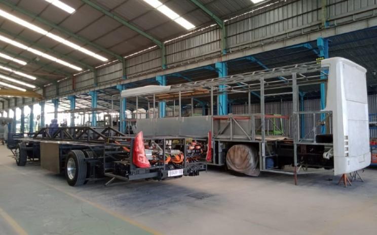 Perakitan di Pabrik Karoseri Anak Bangsa. Ready stock 30 unit chassis bus 12 meter.  - MAB