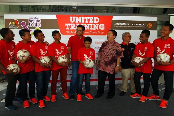 Presdir PT. Multistrada Arah Sarana Tbk Pieter Tanuri (keempat kanan) berbincang dengan tujuh penerima beasiswa berlatih sepak bola di Manchester United Soccer School yang tiba dari Inggris di Wisma Archilles Jakarta Barat, Rabu (26/8).  - Antara