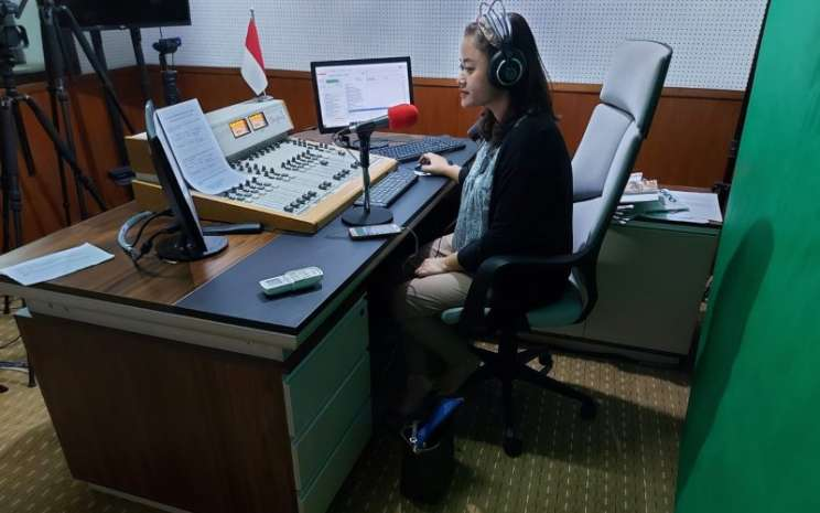 Penyiar radio VOI (Voice of Indonesia) menyiarkan informasi dan berita kepada pendengar. - istimewa