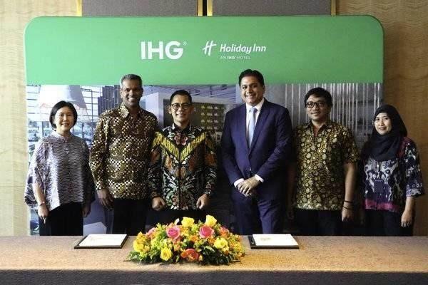 Presiden Direktur WIKA Realty Agung Salladin (tengah) berpose usai penandatanganan kerja sama pengoperasian hotel dengan IHG Group. - wikarealty.co.id\\n