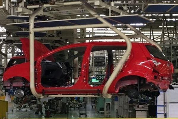 Proses produksi mobil di Karawang Assembly Plant (KAP) milik Astra Daihatsu Motor (ADM). Gaikindo mencatat penurunan wholesales mencapai 51,3 persen secara tahunan, dari 664.134 unit pada Januari - Agustus 2019 menjadi 323.507 unit tahun ini.  - ANTARA
