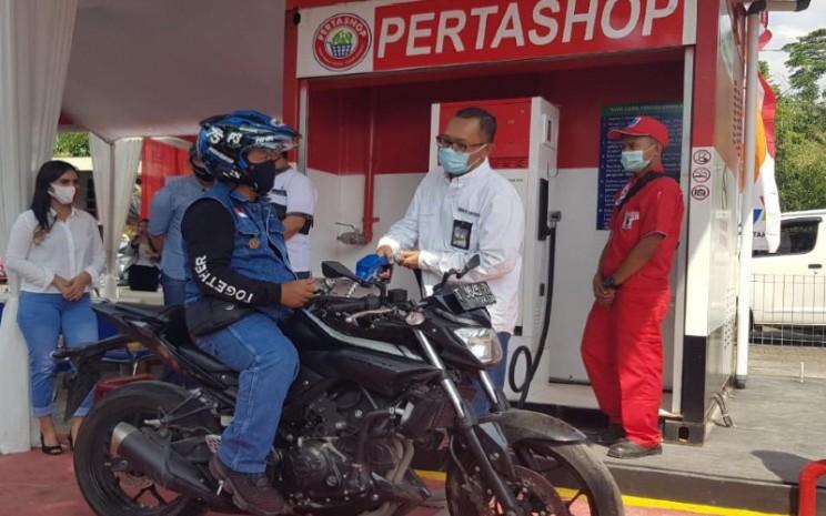 Pertashop. Peresmian dilakukan oleh Sales Area Manager Karawang Teuku Desky bersama pejabat pemerintah desa setempat.  - Pertamina