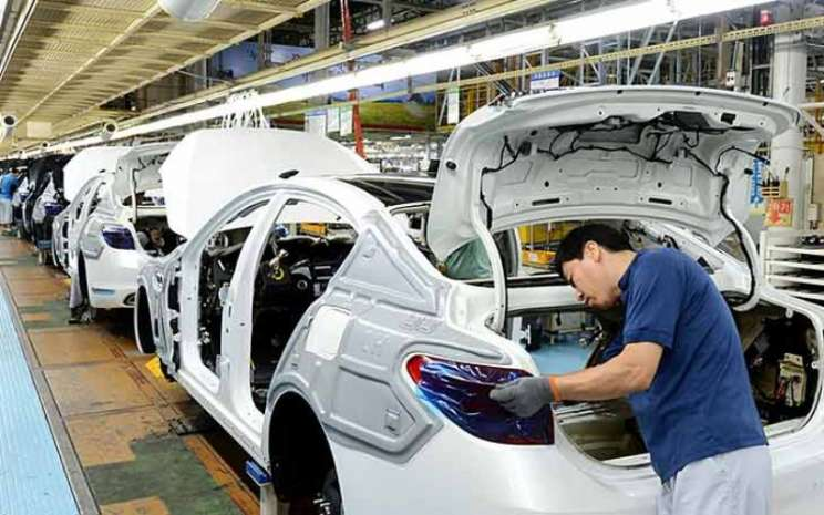 Pekerja di lini perakitan di Pabrik Sohari.  - Kia Motors