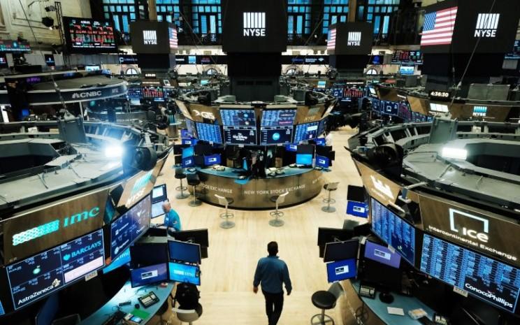 Aktivitas perdagangan saham di New York Stock Exchange. Wall Street kembali mencetak rekor tertinggi setelah reli saham-saham teknologi, Selasa (1/9/2020). - Bloomberg