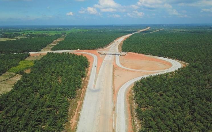 Sebagai upaya meningkatkan konektivitas di Pulau Sumatra, pemerintah Indonesia melalui PT Hutama Karya (Persero) tengah membangun Jalan Tol Kuala Tanjung-Tebing Tinggi-Parapat untuk mempermudah akses dari Medan ke Kawasan Pariwisata Strategis Nasional (KSPN) Danau Toba, Sumatera Utara.  - Hutama Karya