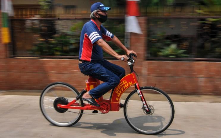 Mujahid (60) menggunakan sepeda listrik Sigma buatannya di Pondok Gede, Bekasi, Jawa Barat, Selasa (15/9/2020). Sepeda listrik Sigma berkapasitas 1.000 watt tersebut mampu menempuh jarak 60 Km dengan harga perakitan Rp10 Juta.  - ANTARA\\r\\n