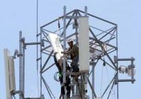 Teknisi memasang perangkat Base Transceiver Station (BTS) di salah satu tower di Makassar, Sulawesi Selatan, Rabu (18/3/2020)./Bisnis-Paulus Tandi Bone\\r\\n
