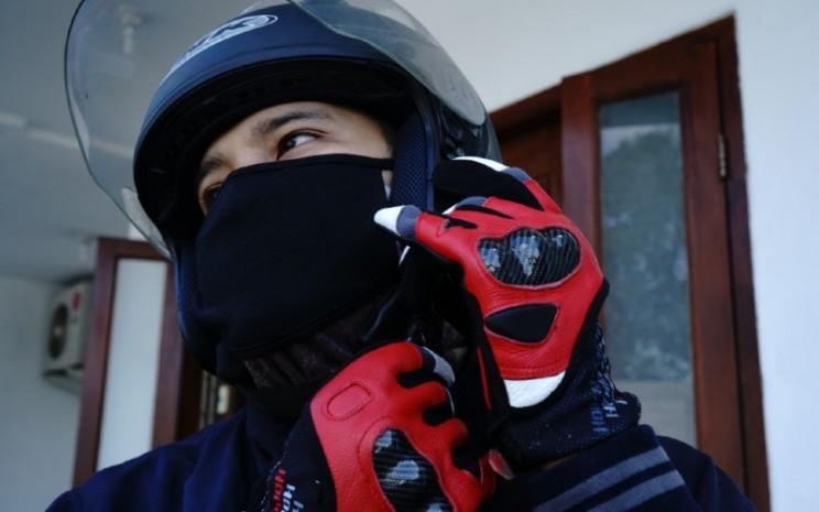 Berkendara aman.  Ukuran helm harus pas, menggunakan kaca guna mencegah wajah terpapar langsung benda asing seperti debu, ranting, bahkan batu.  - AHM