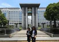 Karyawan melintas didekat logo Bank Indonesia di Jakarta, Senin (30/12/2019). Bisnis/Abdullah Azzam