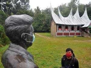 Patung Pahlawan Tan Malaka Dipasangi Masker
