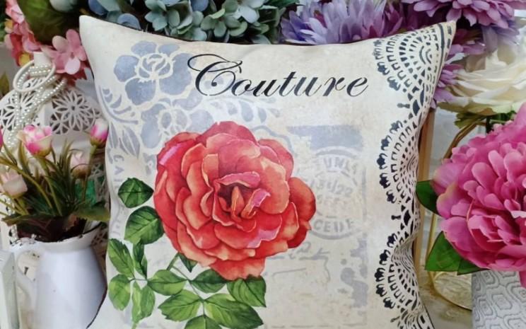 Seni decoupage memiliki banyak peminat dan pembeli. Kerajinan tangan ini diberikan brand Naturacraft oleh Nissa Nuraini. - istimewa