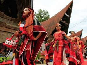 Promosikan Danau Toba, Sejumlah Ibu-Ibu Gelar Peragaan Busana Tradisional Batak Dengan Aneka Kain Tenun Ulos