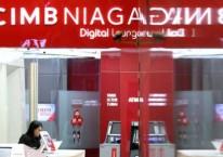 Karyawati beraktivitas di salah satu cabang Bank CIMB Niaga di Jakarta./Bisnis-Arief Hermawan P