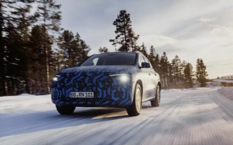 Mercedes Benz EQA. Mobil crossover ini akan menampilkan teknologi bantuan pengemudi terbaru dari Mercedes, serta infotainment MBUX dan kluster instrumen digital terbaru.  - Mercedes Benz