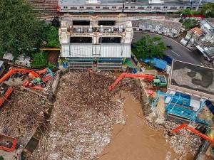 Debit Air Sungai Ciliwung Meningkat, Pintu Air Manggarai Dipenuhi Sampah