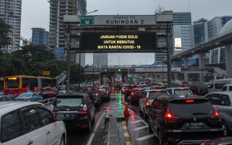 Sejumlah pengendara kendaraan bermotor mengalami kemacetan lalu lintas di Tol Dalam Kota, Kuningan, Jakarta, Senin (18/5/2020). Meskipun mengalami peningkatan, rasio kepemilikan kendaraan di Indonesia masih tergolong rendah apabila dibandingkan negara tetangga.  - ANTARA