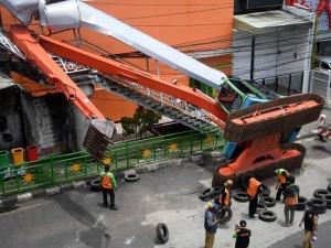 Esvakator Milik Dinas Lingkungan Hidup DKI Jakarta Terguling Menimpa JPO