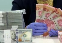 Karyawati menghitung uang rupiah dan dollar AS di salah satu bank di Jakarta, Kamis (10/9/2020). Bisnis/Arief Hermawan P