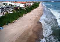 Pantai Kuta di Badung, Bali, Minggu (31/5/2020) lengang akibat pandemi Covid-19./Antara/Fikri Yusuf