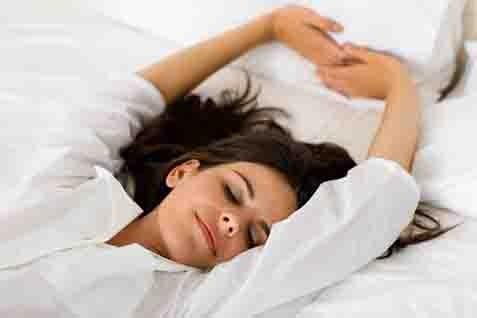 Telentang saat tidur menjadi posisi yang paling baik bagi kulit. - ilustrasi