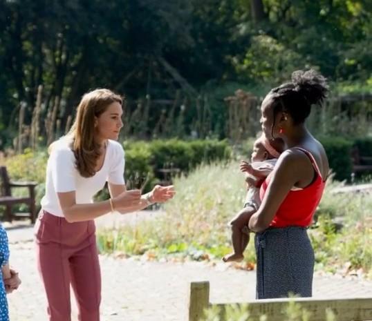 Kate Middleton berbincang-bincang dengan orang tua yang membawa anak. - kensingtonroyal