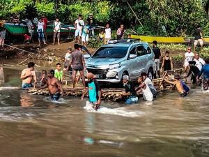 Jembatan Kali Saweri Papua Terputus, Warga Gunakan Rakit Untuk Menyebrang