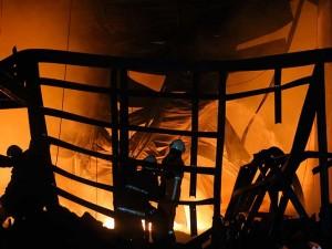 Pergudangan Margomulyo Jaya di Surabaya, Jawa Timur Terbakar