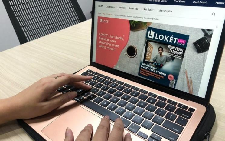 Seseorang menggunakan layanan Loket.com. - istimewa