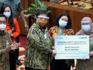 Menko Perekonomian Airlangga Hartarto Serahkan Kredit Usaha Rakyat Kepada Mitra Platform Digital