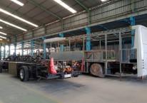 Ilustrasi - Perakitan di Pabrik Karoseri Anak Bangsa. Ready stock 30 unit chassis bus 12 meter. /MAB\\r\\n