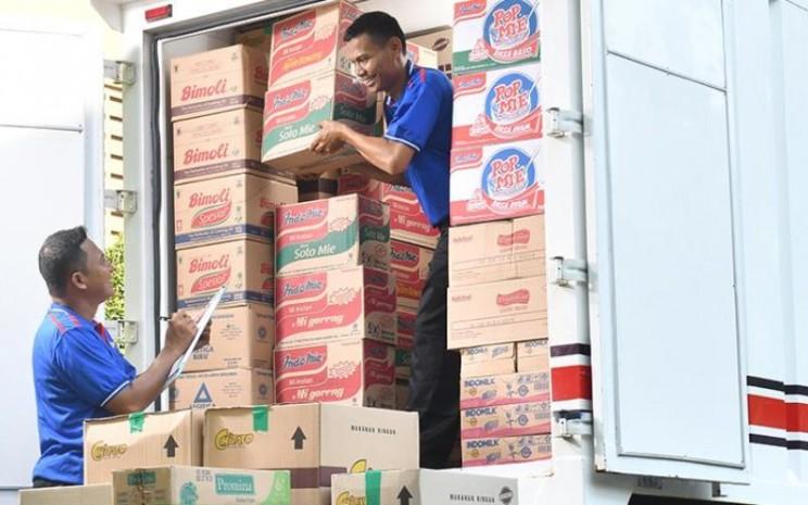 Petugas sedang menurunkan karton produk mi instan Indomie. Mi instan merupakan salah satu produk unggulan PT Indofood CBP Sukses Makmur Tbk. - indofood.com