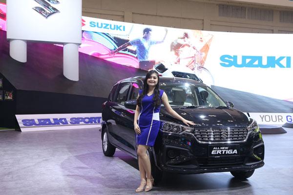 Model berpose dengan All-new Suzuki Ertiga di GIIAS 2018. -Bisnis.com - SIS