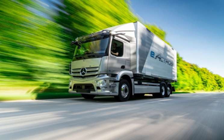 Mercedes Benz eActros diklaim memiliki jarak tempuh mencapai lebih dari 200 km hanya dengan satu kali pengisian baterai.  - Mercedes Benz