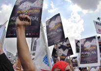 Pekerja menuntut penghapusan sistem outsourcing yang diangap merugikan pekerja atau buruh serta mendesak Revisi pada UU No. 3 tahun 1992 tentang Jamsostek./Antara  - Fanny Octavianus