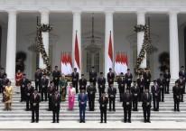 Presiden Joko Widodo didampingi Wapres Ma\\\'ruf Amin berfoto bersama jajaran menteri Kabinet Indonesia Maju di tangga beranda Istana Merdeka, Jakarta/Antara - Puspa Perwitasari.