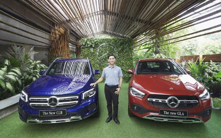 Choi Duk Jun, President Director of PT Mercedes-Benz Indonesia, berfoto bersama the New GLB & GLA.  - Mercedes Benz