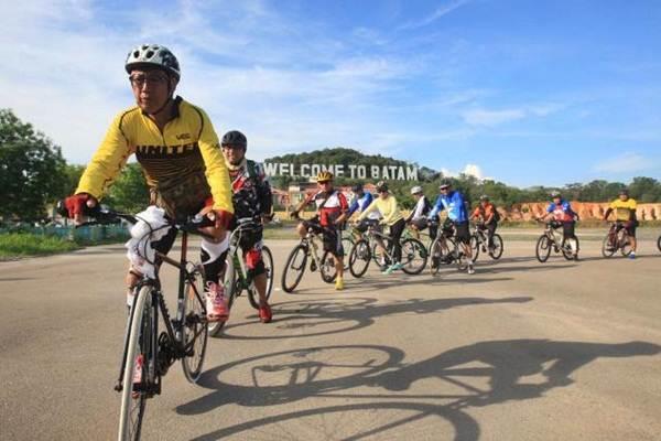 Peserta fun bike yang diselenggarakan Bisnis Indonesia dan PT Wahana Afiliasi Habibi melintasi jalan protokol kota Batam, Kepulauan Riau, Jumat (20/5). - JIBI/Dedi Gunawan